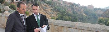 El delegado del Gobierno en Castilla-La Mancha, José Julián Gregorio, junto con el presidente de la Confederación Hidrográfica del Tajo, Miguel Antolín, durante la visita que ha realizado esta mañana para comprobar el estado del río Tajo a su paso por Toledo.