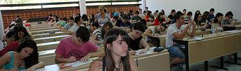 Un grupo de alumnos realiza un examen de Selectividad en el Campus de Albacete.