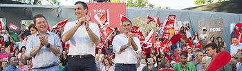 Mitin de Pedro Sánchez en Albacete. De iz. a der., Emiliano García-Page, Pedro Sánchez y Manuel González Ramos.
