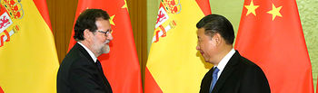 El presidente del Gobierno, Mariano Rajoy, saluda al presidente de la República Popular de China, Xi Jinping, en el Gran Palacio del Pueblo.
