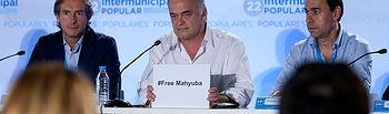 Esteban Gonzalez Pons muestra un cartel por la liberación de Mahyuba Mohamed