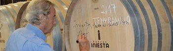 Arturo Fernández firma una barrica de Bodegas Iniesta.