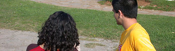 Pareja joven en un parque. Foto INTEF