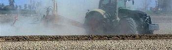 Tractor arando. Foto: Pool Moncloa / Acceso libre.