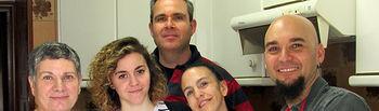 Fotografía de Carlos Escobedo junto a Ana Briones; la voluntaria y coordinadora del proyecto. Rosario Sánchez, y dos de los profesionales de CECAP responsables del mismo, Fátima Cuéllar y Rafael Aguirre.
