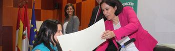 La vicerrectora entrega el diploma a una de las participantes.