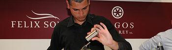 Félix Solís Avantis da a degustar cócteles elaborados con sus vinos