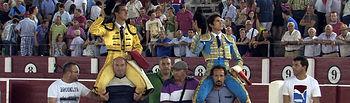 """""""El Fandi"""" y Sebastián Castella, saliendo a hombros en la 5ª de abono de la Feria de Albacete."""