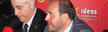 El consejero de Agricultura y Desarrollo Rural de la Junta de Comunidades de Castilla-La Mancha, José Luis Martínez Guijarro (d), junto a Manuel Lozano Serna, director General del Grupo de Comunicación LA CERCA (i), durante una de sus intervenciones en la V edición del Fórum Castilla-La Mancha Siglo XXI.