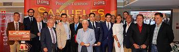 Foto de grupo de los premiados y personalidades en la Gala de Entrega de los X Premios Taurinos Samueles, pertenecientes a la Feria Taurina de Albacete 2015