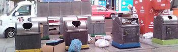 Mal uso de una isla de contenedores. Fotografía: Ayuntamiento de Azuqueca