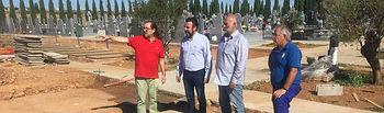 El alcalde y el concejal, en las obras de ampliación del cementerio. Ayuntamiento de Azuqueca de Henares