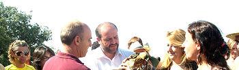El consejero de Agricultura y Medio Ambiente, José Luis Martínez Guijarro, momentos antes de reintroducir en el medio natural un ejemplar de águila perdicera recuperado en el CERI y que ha tenido lugar hoy en el término municipal de Noez (Toledo).