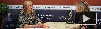 Llanos Navarro, portavoz del Grupo Municipal PP en el Ayuntamiento de Albacete, junto a la periodista Miriam Martínez.