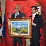 Trofeos Taurinos Feria de Albacete 2013 - El delegado de la Junta en Albacete, Javier Cuenca (d), entrega el trofeo al ganadero Daniel Ruiz (i).