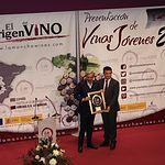 Imanol Arias recoge el premio de manos del Consejero de Agricultura.