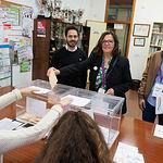 Victoria Delicado, candidata número 2 al Congreso por Unidas Podemos, junto a los otros 2 candidatos, ejerciendo su derecho al Voto.