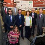 Foto de familia de la consejera de Bienestar Social, Aurelia Sánchez, y Manuel Lozano, director General del Grupo Multimedia de Comunicación La Cerca, con los representantes de las empresas que han colaborado en el Fórum.