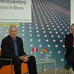 Mario Vargas Llosa con el rector de la UCLM.