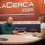 José Lozano, presidente de la Federación de Comercio de Albacete, junto a la periodista Miriam Martínez