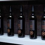 Los vinos tintos que se producen en Dehesa de Los Llanos son coupage con fermentación en barricas de roble francés.