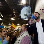Santiago Abascal se dirige a los asistentes que no han podido entrar al Palacio de Congresos de Albacete. Foto: Manuel Lozano Garcia / La Cerca