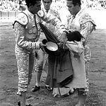 Manuel Amador, recogiendo los trastos de manos de Curro Romero el día de su alternativa, en mayo de 1964, en la Maestranza de Sevilla, con Carlos Corbacho de testigo y toros de Buendía de Santa Coloma.