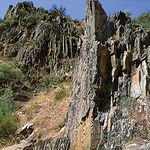 Tras miles de años de erosión, materiales como granitos (afloramiento de cuarcita en la foto) son abundantes  en estas formaciones montañosas.