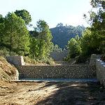 Diques para estabilizar una rambla. En la parte inferior,  colchón de agua para disipar  la energía del salto. Liétor (Albacete). Fuente: TRAGSA Albacet.