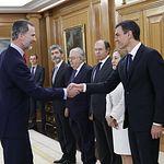 Felipe VI saluda a Pedro Sánchez