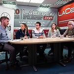 Bernat Bretó, estudiante de Economía y Derecho; Elena Serrano, estudiante de Derecho y vicepresidenta de ACTÚA; Santiago Gómez, estudiante de Economía y Derecho y secretario de ACTÚA; Andrea Andrés, estudiante de Economía y presidenta de ACTÚA; y Manuel Lozano, director del Grupo Multimedia de Comunicación La Cerca