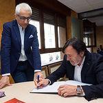 Artemio Pérez Alfaro, presidente de FEDA, firmando en el Libro de Honor de La Cerca, junto a Manuel Lozano Serna, director del Grupo Multimedia de Comunicación La Cerca.