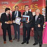 Marcial Marín, consejero de Educación, Cultura y Deportes de la JCCM, recibiendo la Mención Especial del Jurado de los IX Premios Taurinos Samueles.