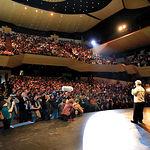 """Pedro Almodóvar dirigiéndose al público asistente al Auditorio de Puertollano durante el estreno de la película """"Volver""""."""