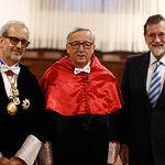 El presidente del Gobierno, Mariano Rajoy, junto al rector de la Universidad de Salamanca, Daniel Hernández Ruipérez, y el presidente de la Comisión Europea, Jean-Claude Juncker.