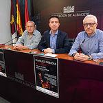 Manuel Gerena, cantautor flamenco, Santiago Cabañero, presidente de la Diputación Provincial de Albacete, y Manuel Lozano, director del Grupo Multimedia de Comunicación La Cerca