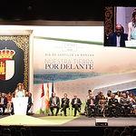 El presidente de Castilla-La Mancha, Emiliano García-Page, preside, en el Teatro Palenque, el acto institucional del Día de la Región. En la imagen, la periodista Mariló Leal presenta la ceremonia. (Foto: José Ramón Márquez // JCCM)