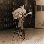 José Francisco Roldán hizo sus pinitos como cantautor en los años 70. En la imagen durante una actuación en el colegio albaceteño de la CEDES.