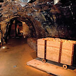 Carretón de madera cargado de piedra en la galería de la Mina del Castillo. Esta mina se abrió a principios del XVIII.