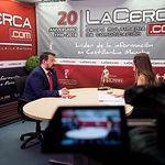 Juan Ramón Amores, director general de Juventud y Deporte en funciones de la JCCM, junto a la periodista Carmen García