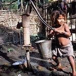 Se calcula que cada ocho segundos muere un niño debido a alguna enfermedad transmitida por el agua insalubre.