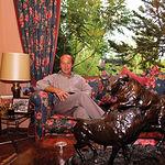 """Samuel Flores, en uno de los salones de su casa en la finca """"El Palomar"""", en Povedilla (Albacete)."""