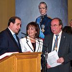 Francisco Pardo (i), presidente de las Cortes de CLM, y Manuel Pérez Castell (d), alcalde saliente, entre muchos otros, acompañaron a Carmen Oliver (c) en su toma de posesión como alcadesa de Albacete.