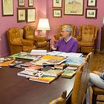 Antonio Selva, director del Instituto de Estudios Albacetenses y codirector del CEDOBI, junto a Carmen García, bibliotecaria del I.E.A. especializada en el CEDOBI, y la periodista Miriam Martínez.