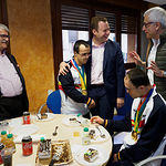 Luis Serrano y Eloy Molina, campeones del Mundo de Natación, durante su visita a las instalaciones del Grupo Multimedia de Comunicación La Cerca. Foto: Manuel Lozano Garcia / La Cerca