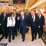 Acompañado por la alcaldesa de Albacete, Carmen Oliver, y el presidente del Grupo El Corte Inglés, Isidoro Álvarez (d), el presidente de Castilla-La Mancha, José María Barreda, recorre las instalaciones del nuevo centro comercial de Albacete.