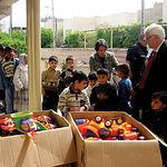 El Padre Ángel, durante una entrega de juguetes en Bagdad (Irak).