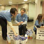 Voluntarios en la recogida de leche.