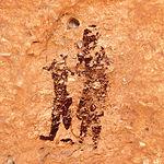 Pintura de una mujer que lleva de la mano a un niño en el Abrigo Grande de Minatesa. Una de las escenas más tiernas del Arte Levantino.