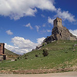 A pie del Castillo de Atienza, en su vertiente occidental, se encuentra la iglesia de Santa María del Rey.